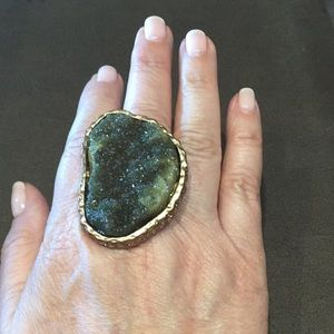 Jewelry - Green and gold tone rock ring
